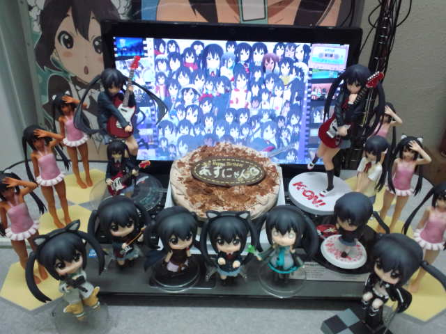 Picture taken from: http://2.bp.blogspot.com/_JZJKUMesReE/TNwRhvVuJAI/AAAAAAAAAi8/z2Bf0aynuHI/s640/otaku-celebrate-birthday-of-azusa-nakano-010.jpg